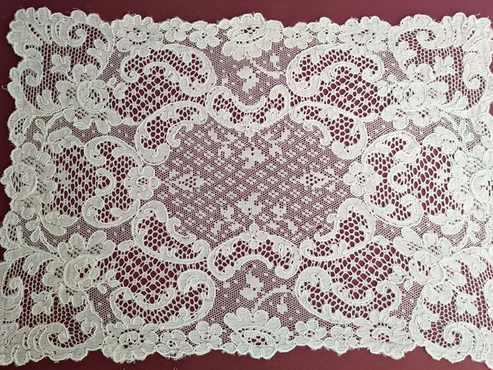 Without reservation. Lace mat - Manual lace
