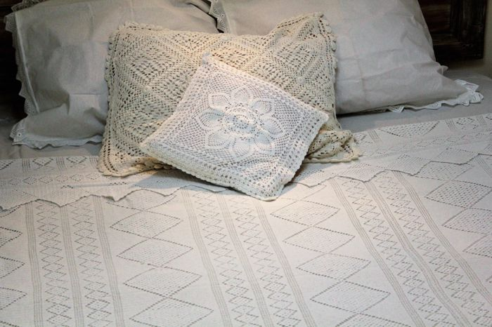 Embroidered Bedspread with two Pillows (3) - Cotton - First half 20th century