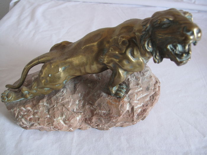 L. Hestaux (1858-1919)  - injured lioness on a rock, Sculpture (1) - Bronze - Early 20th century