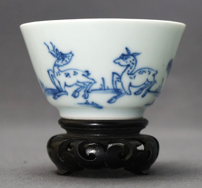 Taza - Porcelana - two dears with pine tree and lingzhi - China - Yongzheng (1723-1735)