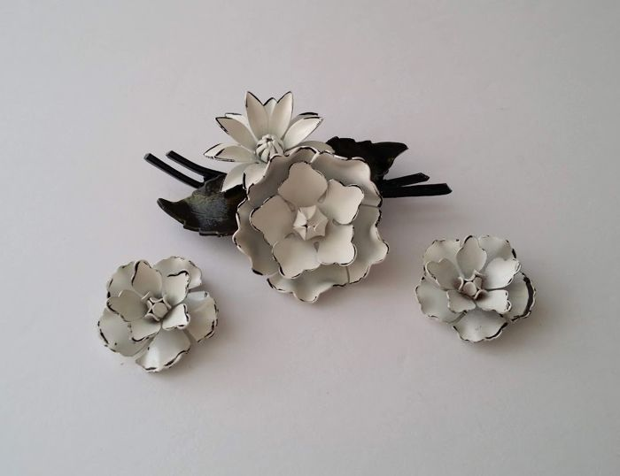 Coro Black & White Emaille - Blumenbrosche & Ohrringe Set
