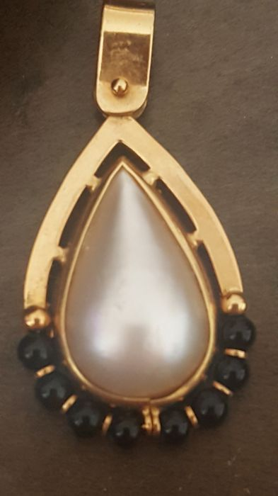 18 kt gold - Pendant with droplet-shaped pearl and sapphires