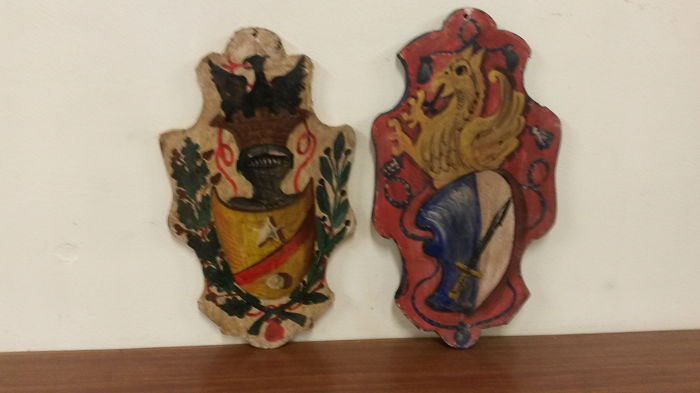 Lot consisting of 2 shaped and painted coats of arms
