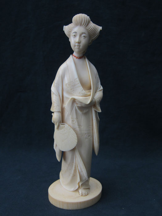okimono of a geisha with a red coral necklace - Ivory - Japan - Meiji period (1868-1912)