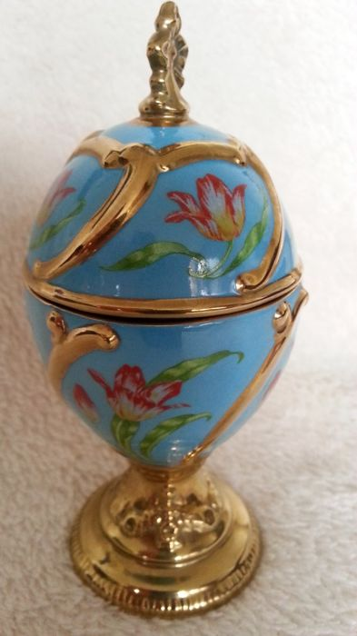 """House of Fabergé - Handmade gold-plated fine porcelain Musical Egg  - - Plays Tchaikovsky's """"Our Love"""" - Very good condition"""