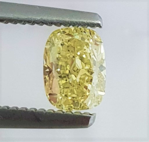 Diamond - 0.68 ct - Cushion - fancy intens yellow - VVS2
