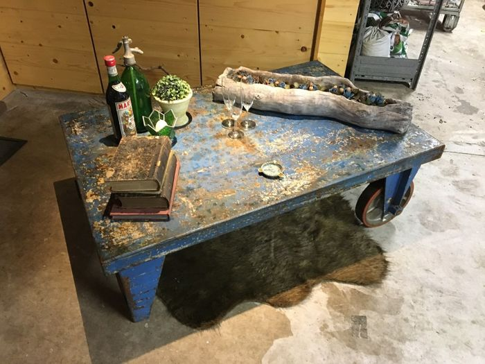 Stupendous Industrial Coffee Table Side Table With Wheels And Legs Alphanode Cool Chair Designs And Ideas Alphanodeonline