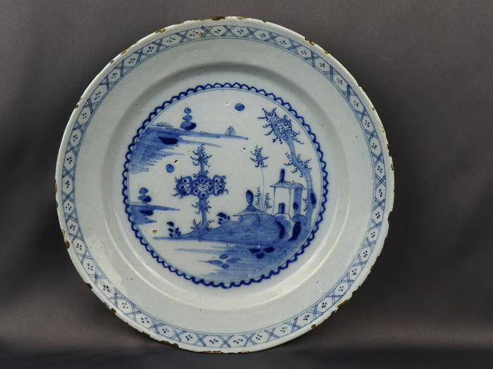 Bord - Blauw en wit - Porselein - Finely decorated large deep plate - China - 18e eeuw
