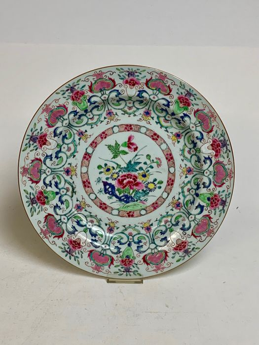 Beautifully decorated Chinese Fam. Rose dish - Porcelain - China - 18th century