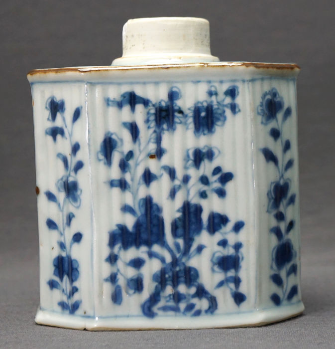 Theebusje - Porselein - ribbed with floral decoration - China - Kangxi (1662-1722)