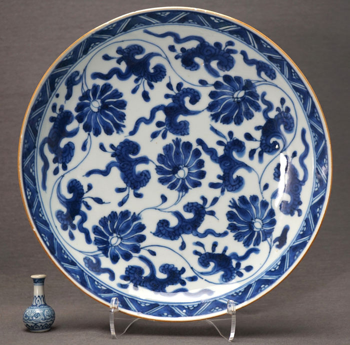 Bord - Porselein - Deep - Extensive lotus sprays, marked with double circle - China - Kangxi (1662-1722)