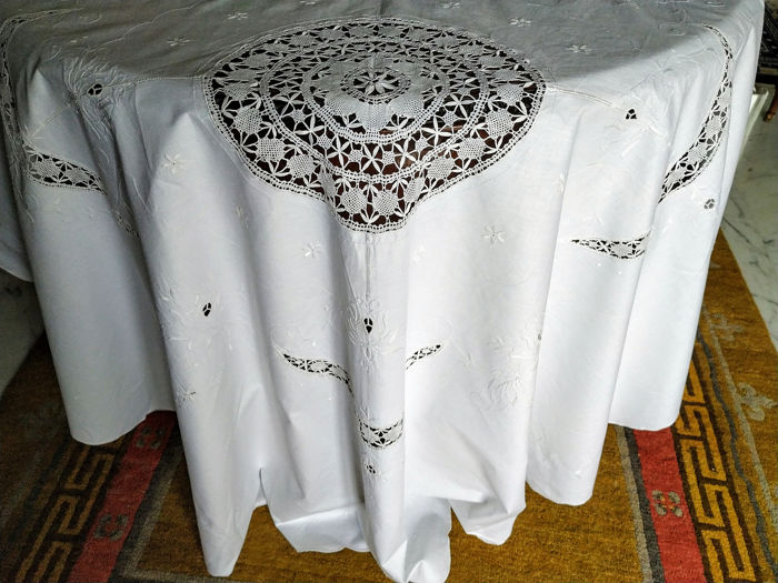 Round tablecloth in pure cotton, hand embroidered gingham - with 8 large napkins