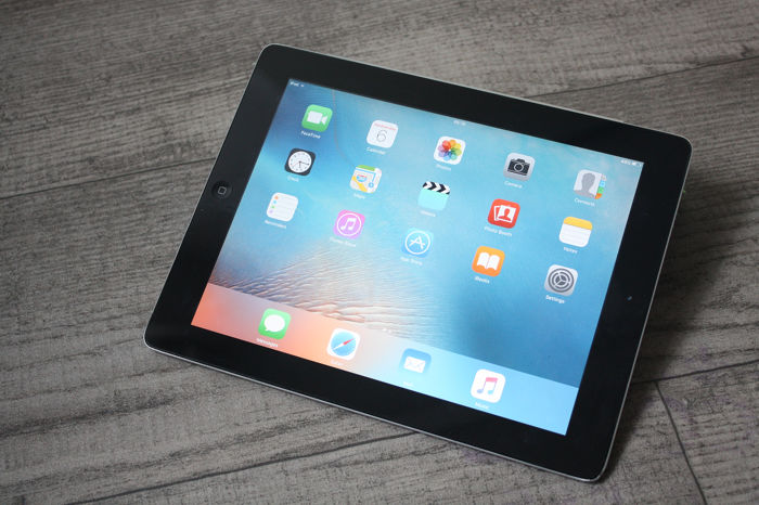 Apple iPad 2 (WiFi, 16GB) - model A1395 - met originele Apple Magnetic flipcover & USB-oplaadkabel
