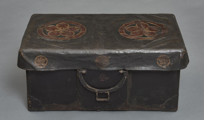 Baúl portátil lacado negro - Madera - Black lacquered portable trunk with a black leather cover with Kikyo family crests in goldleaf - Japón - Periodo Edo (1600-1868)