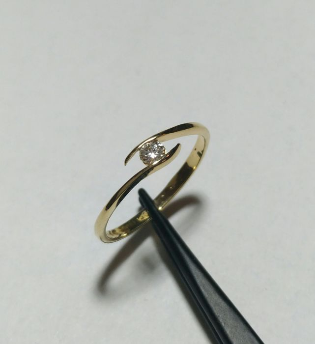 18 kt gold solitaire ring with IGI-certified diamond