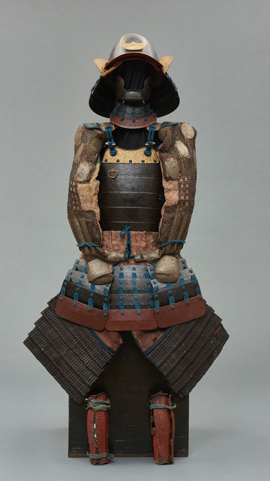 Black lacquered suit-of-armour (Yoroi) with guilded rims  - lacquered metal - Samurai - Japan - Edo Periode (1600-1868)