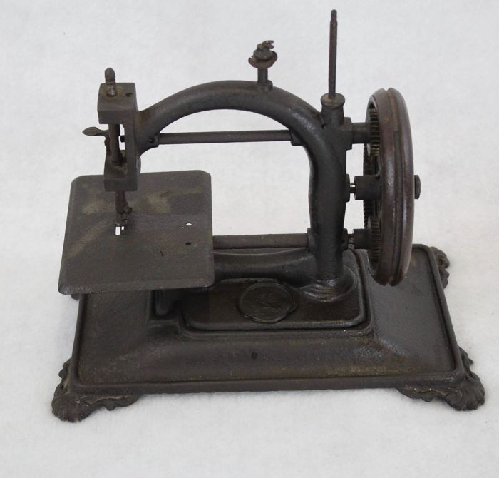 D. Bacle - Paris - Children's sewing machine  - Staal