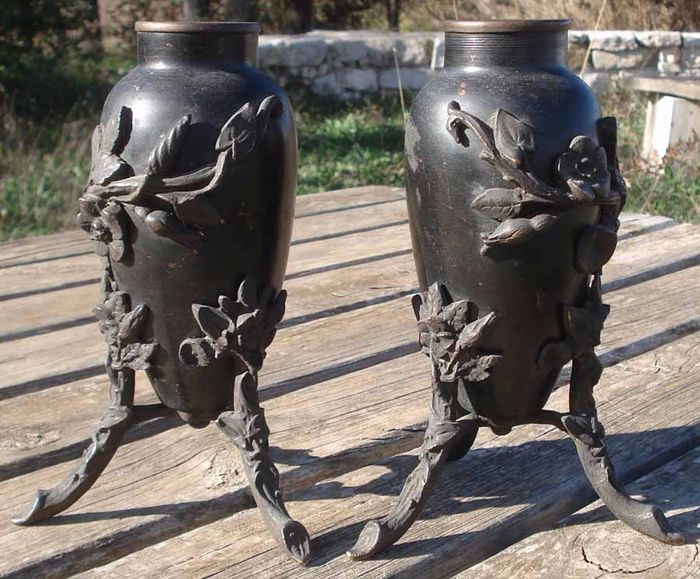 Ancient couple of amphorae with tripods - Bronze - late 1800s period