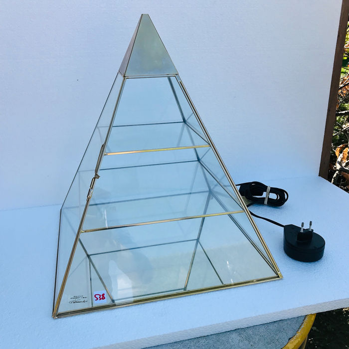 Pyramid display cabinet with lighting - Brass, Glass, Goldplate