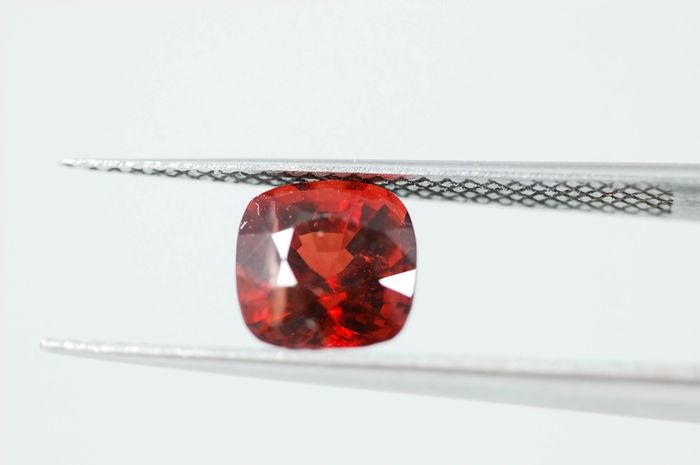Color rojo oscuro, Espinela - 1.63 ct