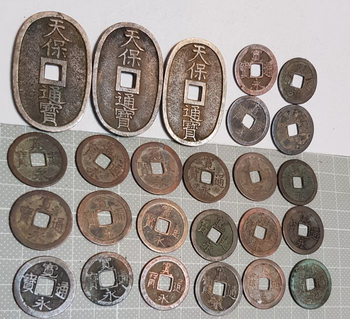 Japan - Lot comprising 25 AE coins - 3 x 100 Mon, Tenpo Tsuho (AD 1835-1870) + 22 x 1 Mon, Kanei Tsuho (from AD 1626) - Brons