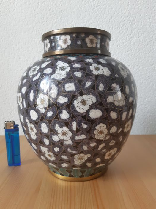 Jar and cover (1) - Brons, Cloisonné emaille - Bloemen - China - 1950-2000