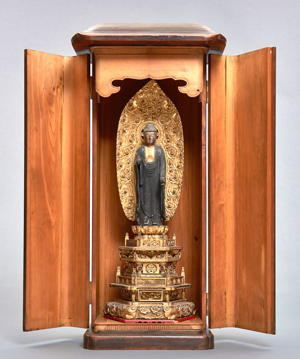 Großer hölzerner Yakushi Buddha in einem einfachen hölzernen Schrein. - Holz - Large partly gilded Yakushi buddha in a wooden shrine with two hinged doors - Japan - Edo-Zeit (1600-1868)