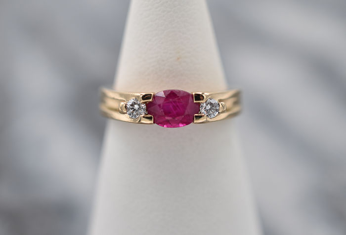 18 kt Gelbgold - Ring - 0.90 ct Rubin - Diamanten