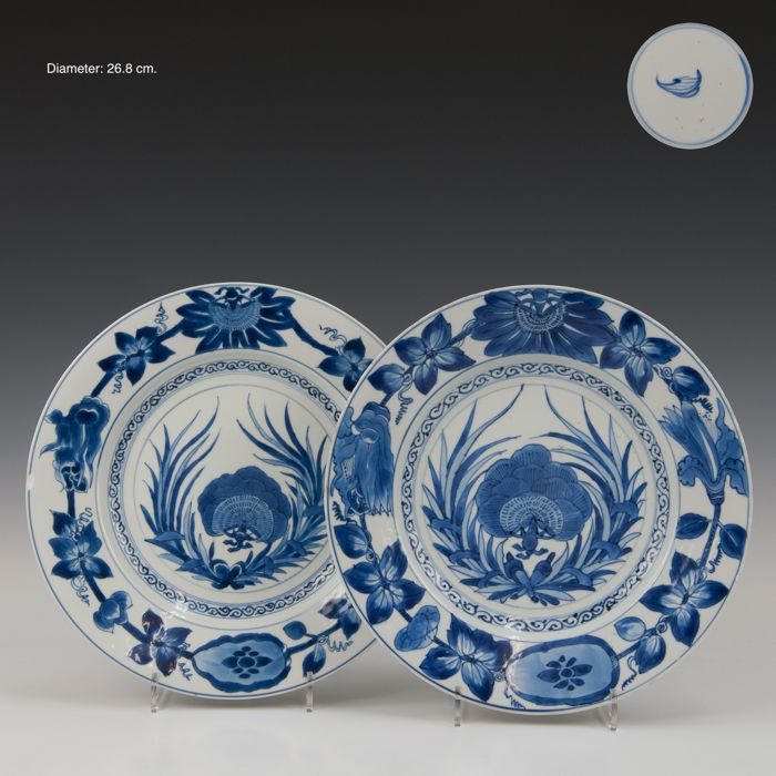 A few large plates (2) - Blue and white, Chinese export - Porcelain - Flowers and laurel Wreath - gemerkt: Artemisia in dubbele ring - China - Kangxi (1662-1722)