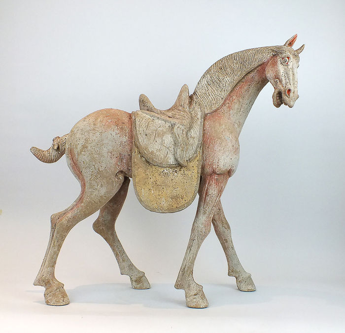 Een meesterwerk, Mingqi - Terracotta - An Unusual Large Painted Pottery Figure of a Piebald Horse, TL test, H - 62 cm. - China - Tang Dynasty (618-907)