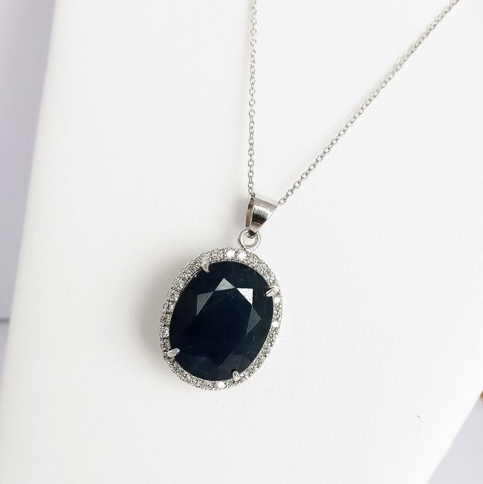 18 kt. White gold - Necklace with pendant - 21.82 ct Sapphire - Diamonds
