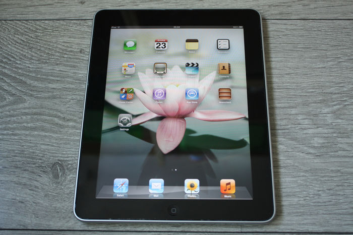 Apple iPad (WiFi, 16GB) - model A1219 - With 30pin USB charge/data cable