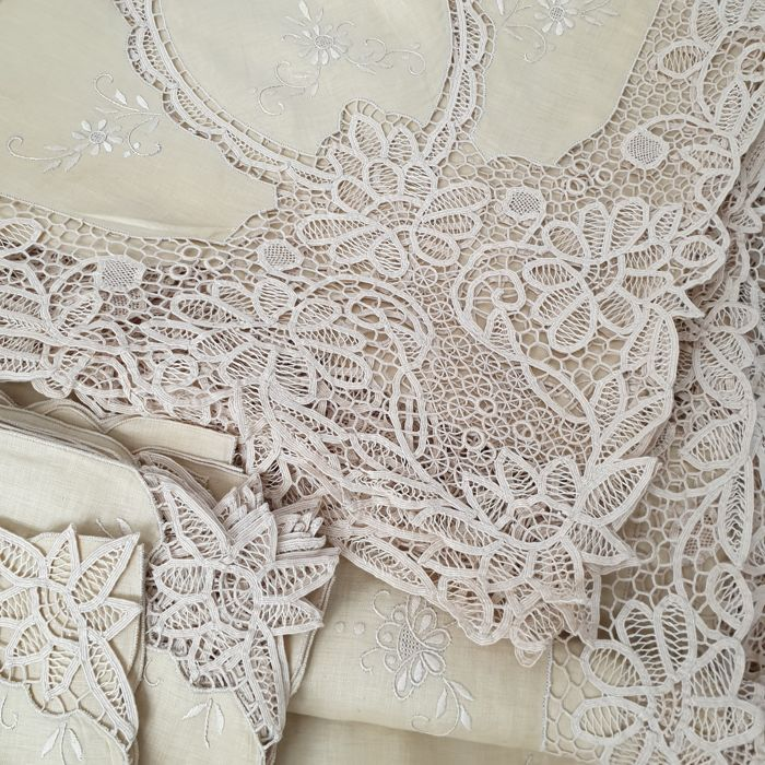 Wonderful hand-embroidered linen tablecloth - Lino