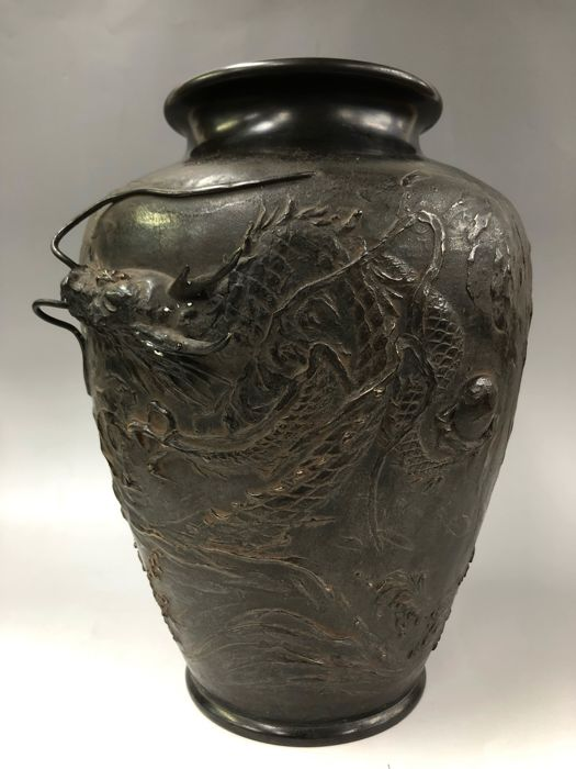vase de decoration Vase - Bronze - With relief decoration of dragon and waves - Signed u0027Hozanu0027