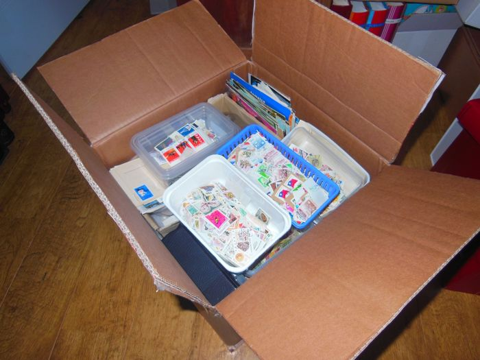 World - Box content weight approx. 8.6 kg &  Hoeveelheid af/ onafgeweekte zegels and lots off more
