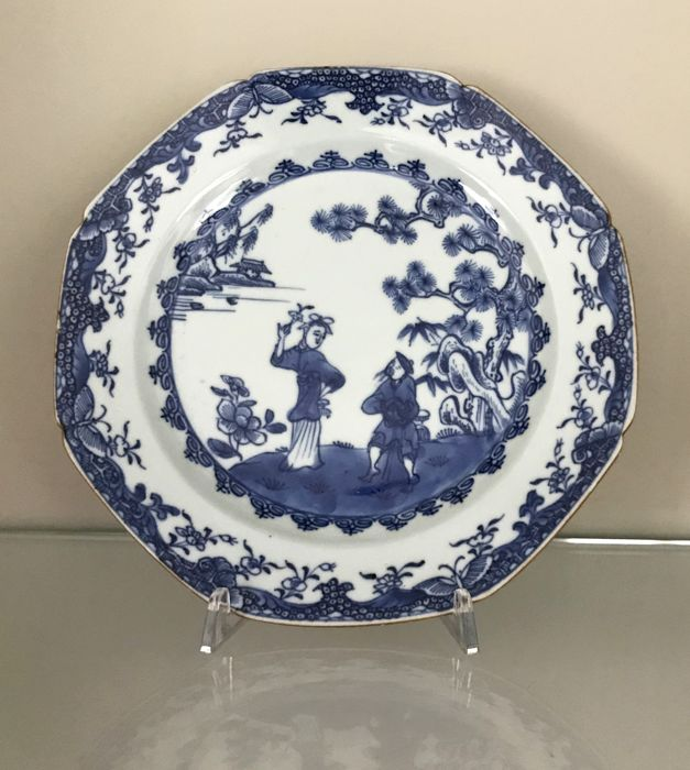 Bord (1) - Blauw en wit - Porselein - garden scene with persons Long Eliza - Octogonal Chinese porcelain blue and white dish  - China - Qianlong (1736-1795)