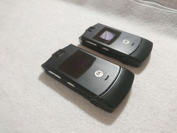 Motorola Razr V3, one work and one to fix - Mobile phone - Without original box