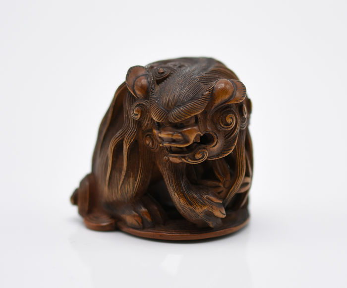 Netsuke - Hout - Shishi with ball signed TOMOKAZU - Japan - 19e eeuw
