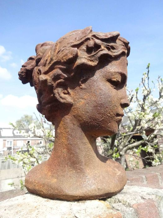 Bust of lady with laurel wreath - Iron (cast/wrought) - recent