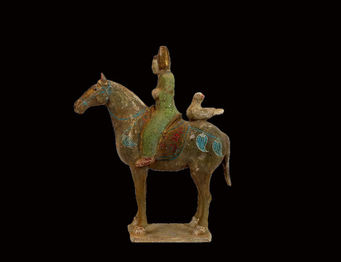 Mingqi - Terre cuite - A Painted and Gilded Red Pottery Horse and Male Rider, TL test - Chine - Dynastie Tang (618–907)
