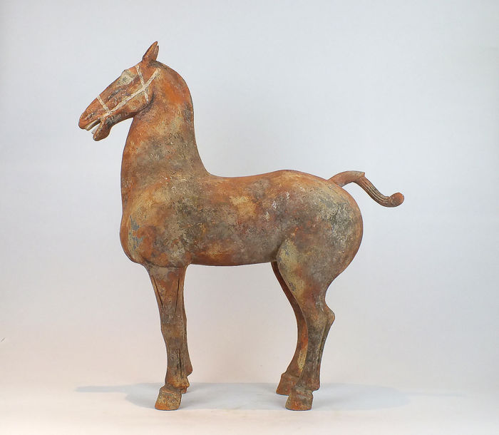Mingqi - Terracotta - Massive and Rare Painted Pottery Figure of a Horse, TL test, H 68,5 cm. - China - Han Dynastie (206 v. Chr.- 220 n. Chr.)