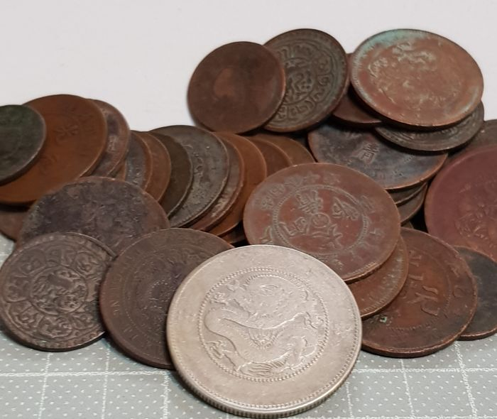 China - Lot comprising 35 coins - 17-20th Century, incl.: 50 silver Cents, Yun-Nan 'New Dragon type' - Silver