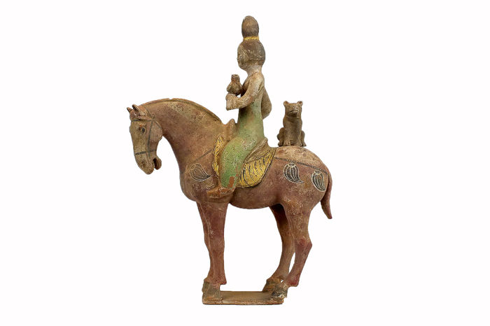 Mingqi - Terracotta - Extremely Rare Painted and Gilded Young Equestrienne Holding a Falcon with Lynx, TL test  - China - Tang Dynasty (618-907)