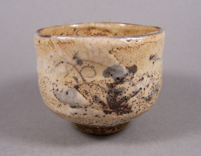 Bolle - Steingods - Blomster - A cream-coloured Shino tea bowl ('chawan') by Shunji Kato - Japan - Taishō-perioden (1912  – 1926)