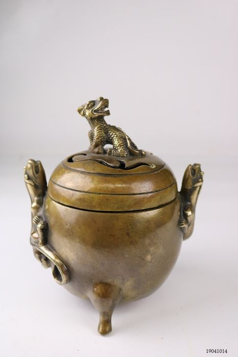 incense burner decorated with, among other things, salamanders - Bronze - China - Late 20th century