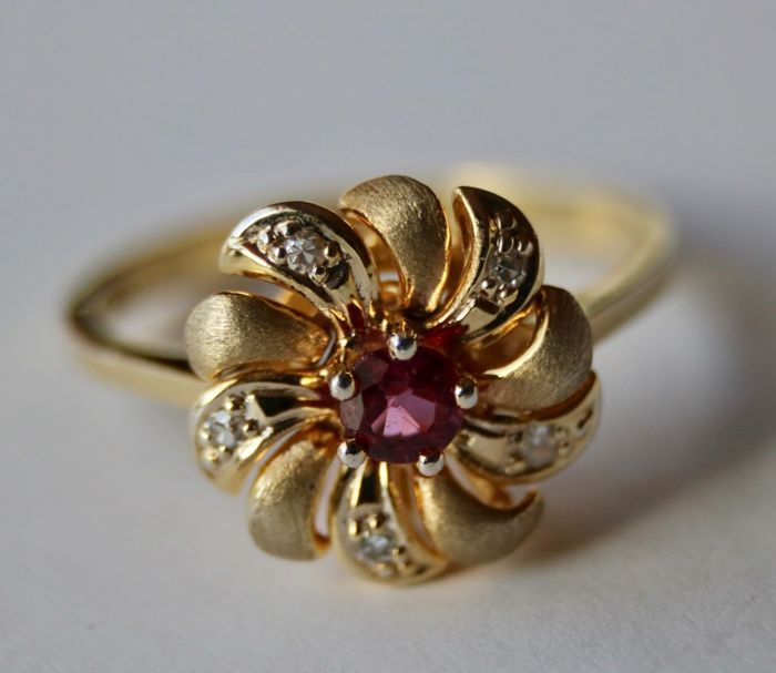 """Maker's sign """"H&S"""" - 14 kt. Gold, Yellow gold - Vintage Ring with pierced flower head - 0.34 ct natural good quality Ruby - Manual work"""