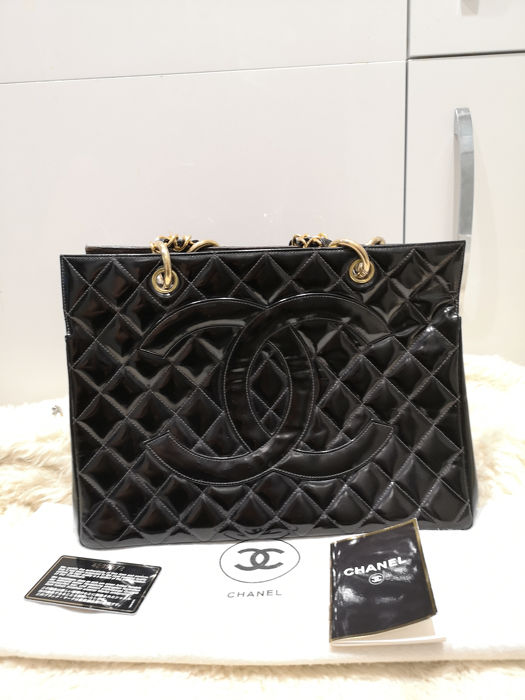 5a16b7bc4b Chanel - Vintage Black Quilted Patent Leather CC Tote bag - Catawiki