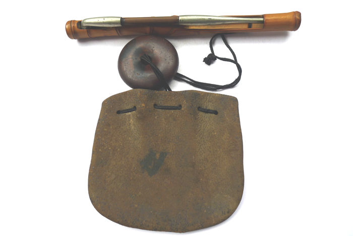 Complete sagemnono kiseru pipe, kiseruzutsu( bamboo case), and    tabakoire (leather tobacco pouch) - mix material - Japan - Early 20th century