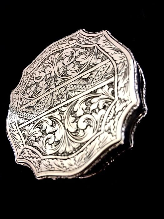 Fine Hand Powder Door chiselled with mirror - .800 silver - Italy - 1920 - 1950