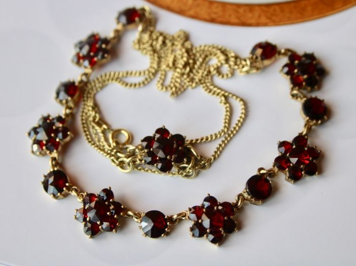 250/000 Norm gold - Ca. 1900/'20 Antique necklace - 19.50 ct 7 rosette shapes with old cut Bohemian Garnets - Excellent state